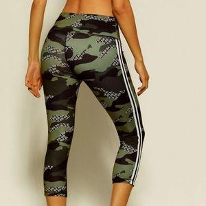 Bebe Sport camo spell out capri leggings size XL